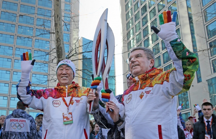 UN Secretary General Ban Ki-moon (L) and International Olympic Committee (IOC) president Thomas Bach