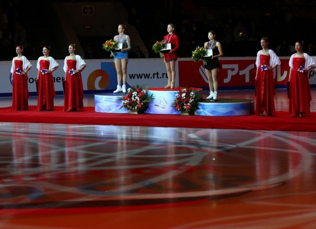 Lipnitskaya being awarded the gold medal in Moscow, 2013